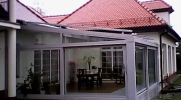 Ogród zimowy ściany przesuwne, roleta dachowa typu Veranda z czujnikiem pogodowym sterowana elektrycznie jako element zacieniający.