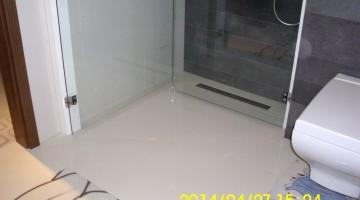 Kabina prysznicowa, ścianki kabiny składane na ścianę.