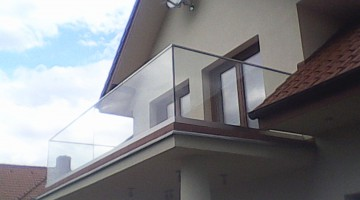 Balustrada balkonowa, szkło bezpieczne, górna część stal nierdzewna szczotkowana.