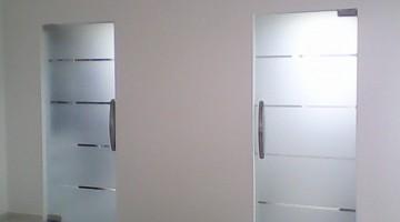 Drzwi szklane do łazienki, wzór piaskowany, szkło bezpieczne bezramowe.