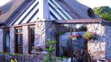 Ogród zimowy ze szklanymi elementami dachu, drzwi przesuwne.