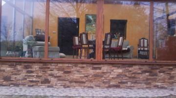 Ogród zimowy z profili imitujących strukturę drewna.