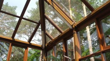 Ogród zimowy z dachem wielospadowym, okna dachowe otwierane elektrycznie.