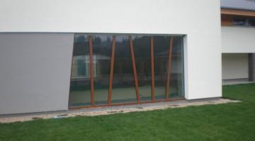 Witryna z zabudowie basenu, profile aluminiowe o strukturze drewnopodobnej.