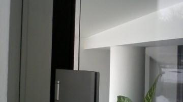 Drzwi całoszklane, szkło bezramowe mocowane na okuciach ze stali nierdzewnej.