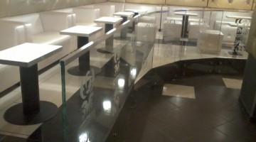Balustrada całoszklana bez wsporników, szkło laminowane mocowane na rotulach, elementy graficzne piaskowane.